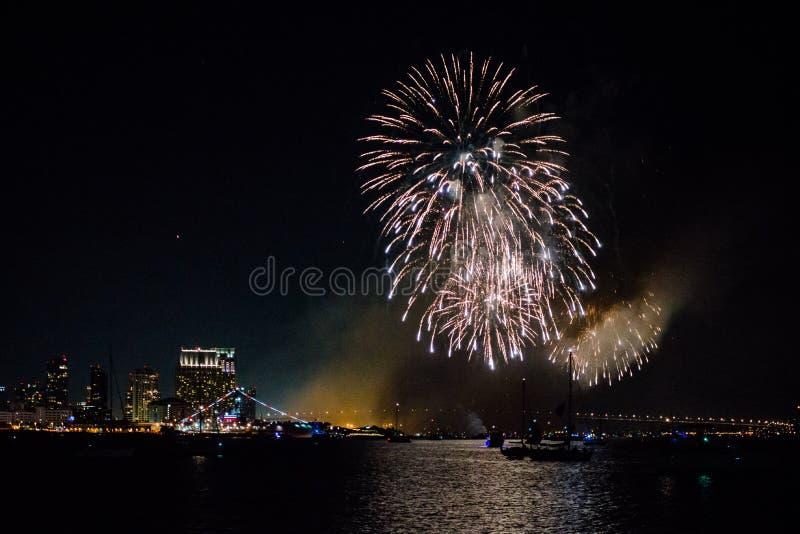 Fuochi d'artificio a San Diego sulla festa dell'indipendenza immagine stock