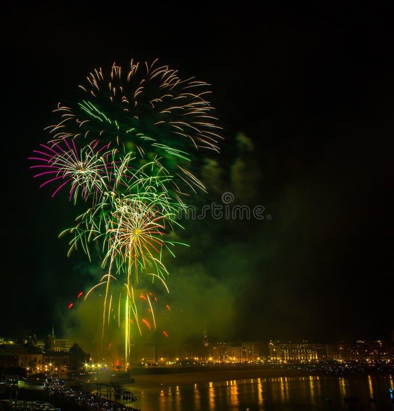 Fuochi d'artificio in San Sebastian nel paese basco fotografia stock