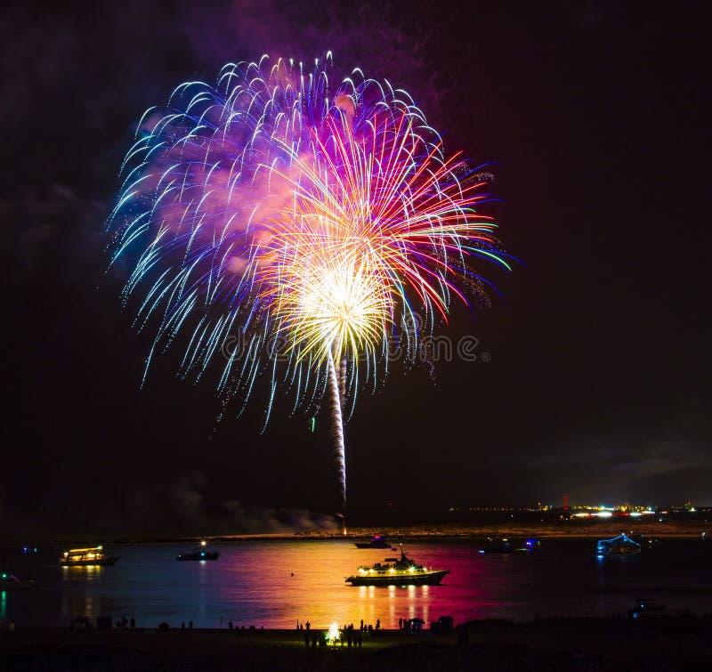 Fuochi d'artificio sopra acqua fotografia stock
