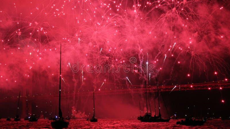 Fuochi d'artificio sopra acqua immagini stock libere da diritti