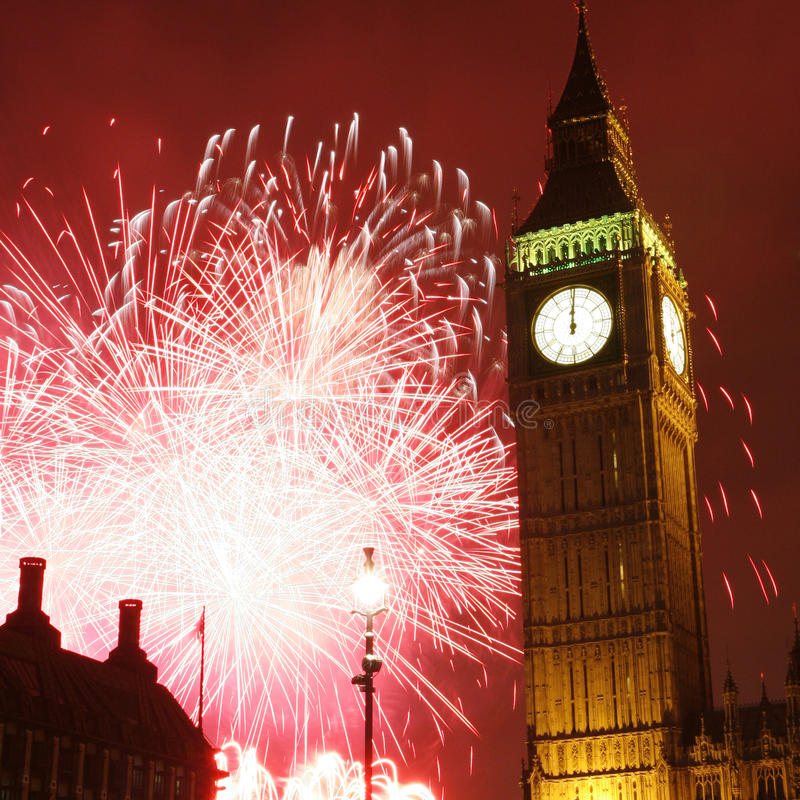 2013, fuochi d'artificio sopra Big Ben alla mezzanotte immagini stock libere da diritti
