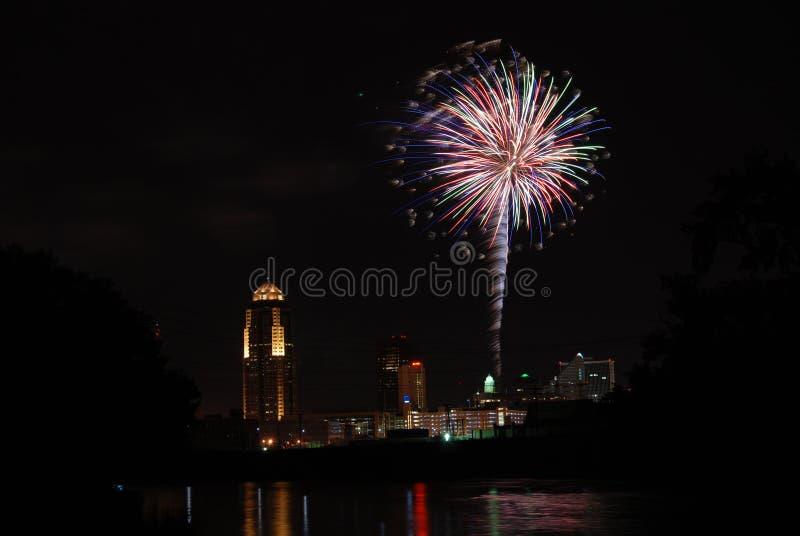 Fuochi d'artificio sopra Des Moines immagini stock libere da diritti