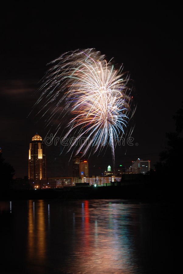 Fuochi d'artificio sopra Des Moines fotografie stock