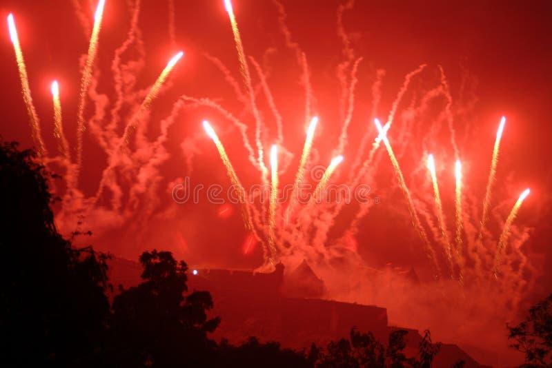 Fuochi d'artificio sopra il castello di Edinburgh, Scozia fotografie stock libere da diritti