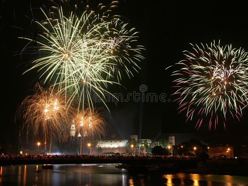 Fuochi d'artificio sopra il castello di Wawel a Cracovia fotografia stock libera da diritti