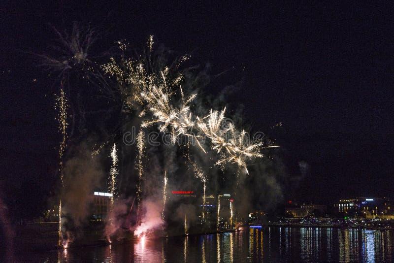 Fuochi d'artificio sopra il castello di Wawel a Cracovia fotografia stock