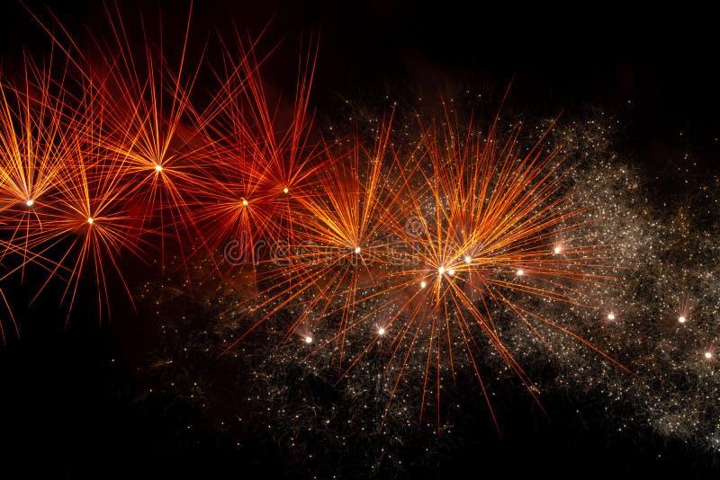 Fuochi d'artificio sopra il cielo nero fotografie stock