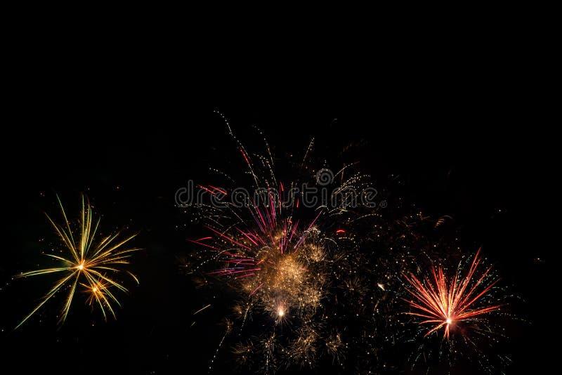 Fuochi d'artificio sopra il cielo nero fotografia stock