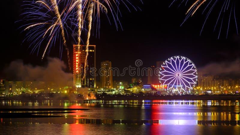 Fuochi d'artificio sopra il fiume di Kazanka a Kazan, Russia fotografie stock