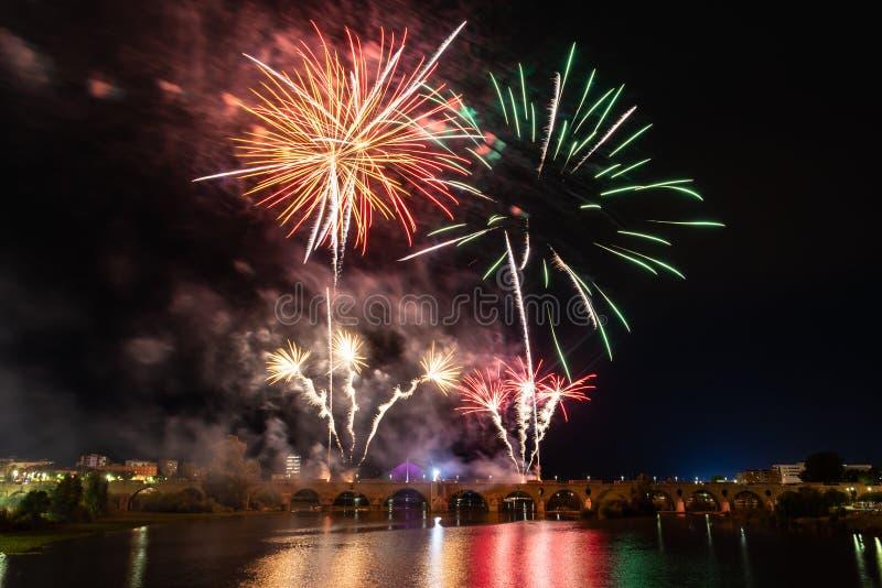 Fuochi d'artificio sopra il fiume Guadiana a Badajoz, Spagna immagine stock libera da diritti