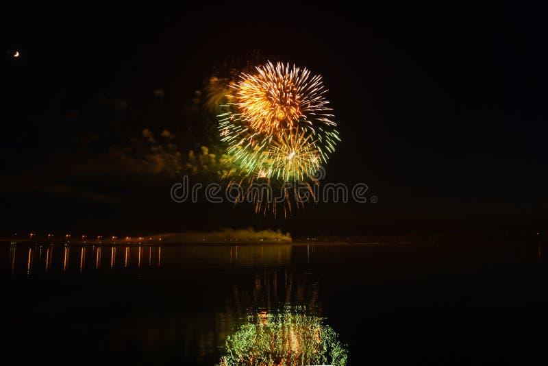 Fuochi d'artificio sopra il fiume fotografia stock libera da diritti
