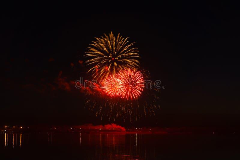 Fuochi d'artificio sopra il fiume immagini stock libere da diritti