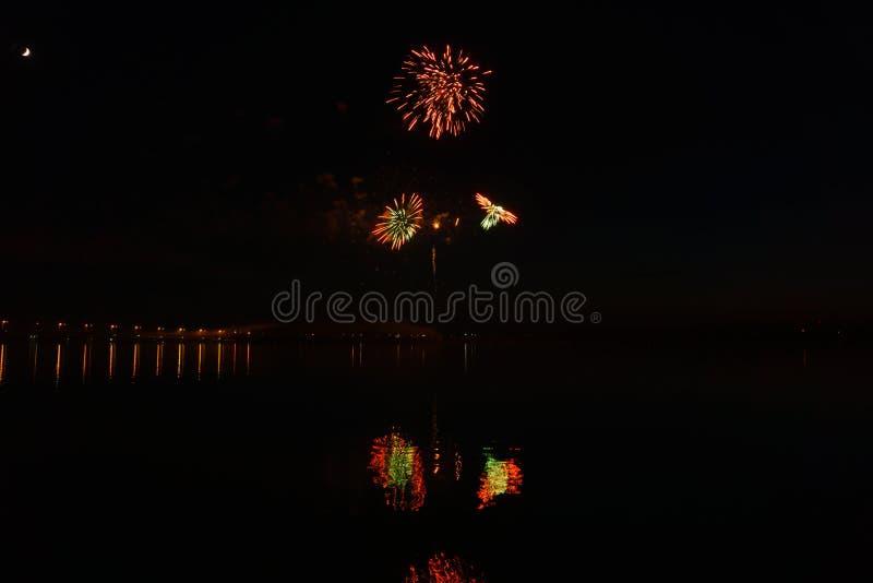 Fuochi d'artificio sopra il fiume fotografia stock