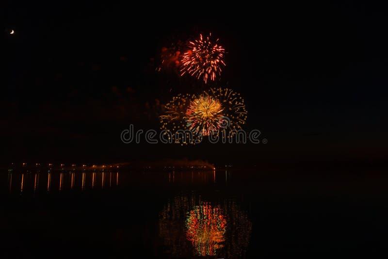 Fuochi d'artificio sopra il fiume immagini stock