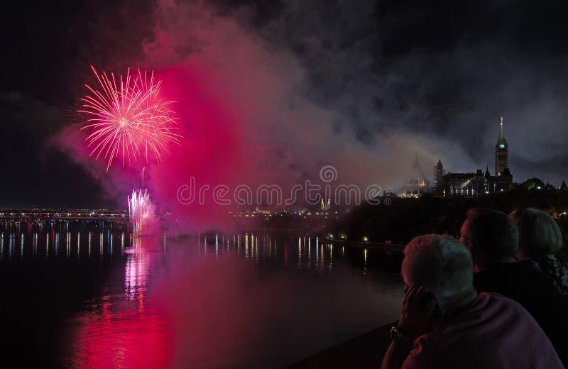 Fuochi d'artificio sopra il Parlamento del Canada immagine stock