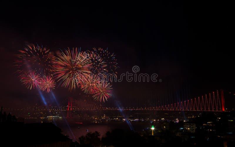 Fuochi d'artificio sopra il ponte a Costantinopoli, Turchia fotografia stock libera da diritti