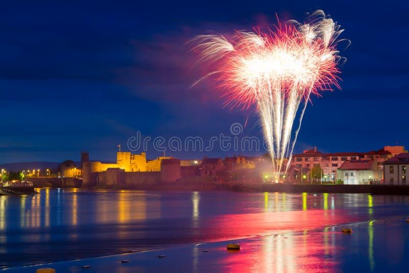 Fuochi d'artificio sopra il re John Castle in Limerick fotografia stock
