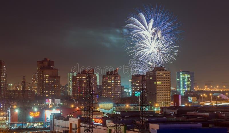Fuochi d'artificio sopra la città immagine stock libera da diritti