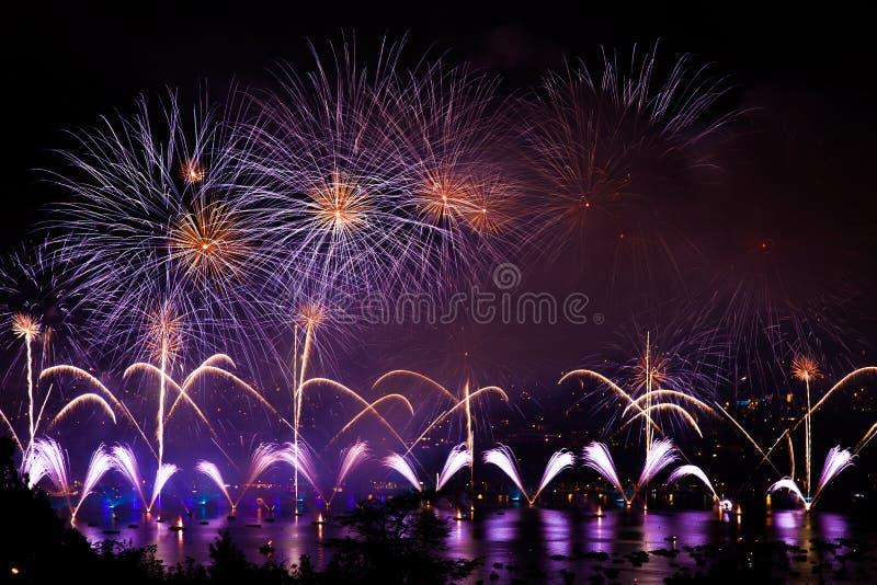 Fuochi d'artificio sopra la città di Annecy in Francia per il lago annecy immagini stock