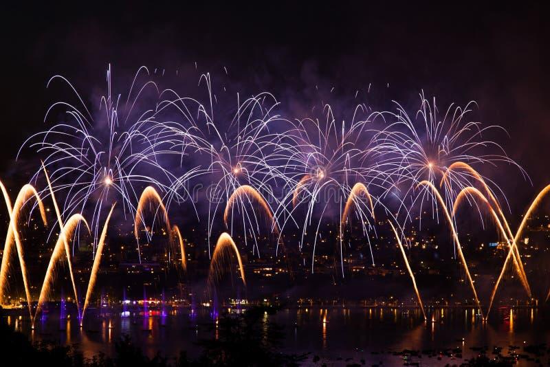 Fuochi d'artificio sopra la città di Annecy in Francia per il lago annecy fotografia stock