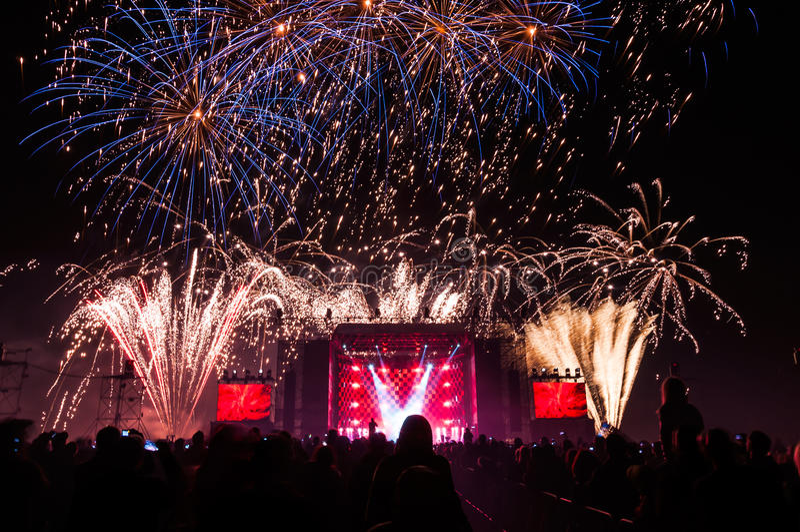 Fuochi d'artificio sopra la fase durante il concerto fotografia stock