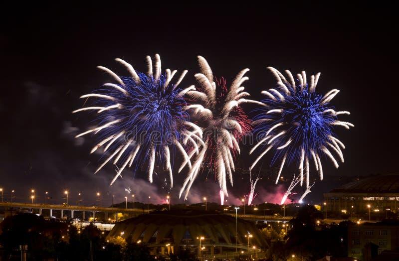 Fuochi d'artificio sopra Mosca alla notte fotografie stock