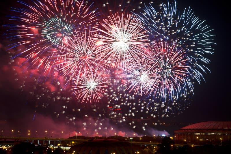 Fuochi d'artificio sopra Mosca alla notte immagini stock libere da diritti
