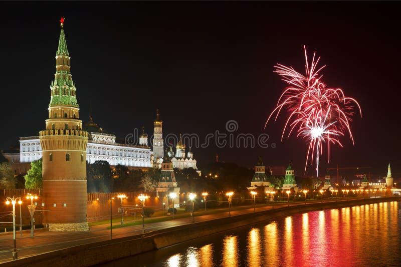 Fuochi d'artificio sopra Mosca Kremlin immagini stock libere da diritti