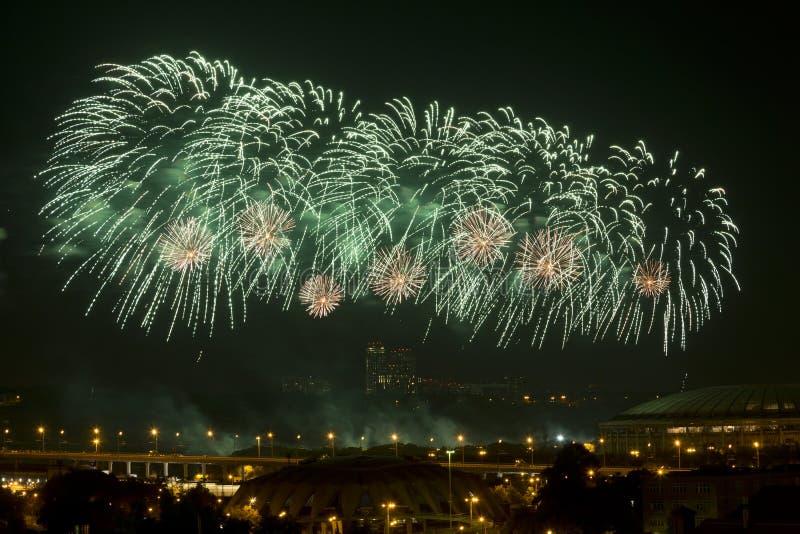 Fuochi d'artificio sopra Mosca, Russia fotografie stock libere da diritti