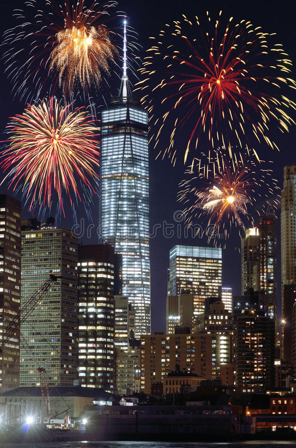 Fuochi d'artificio sopra NYC immagini stock