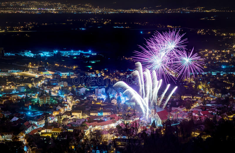 Fuochi d'artificio sopra Samobor immagini stock