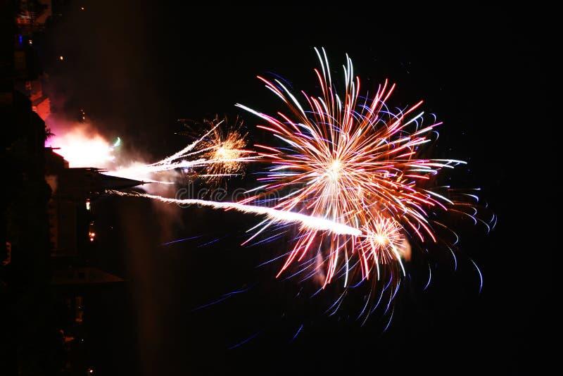 Fuochi d'artificio sopra una città fotografia stock libera da diritti