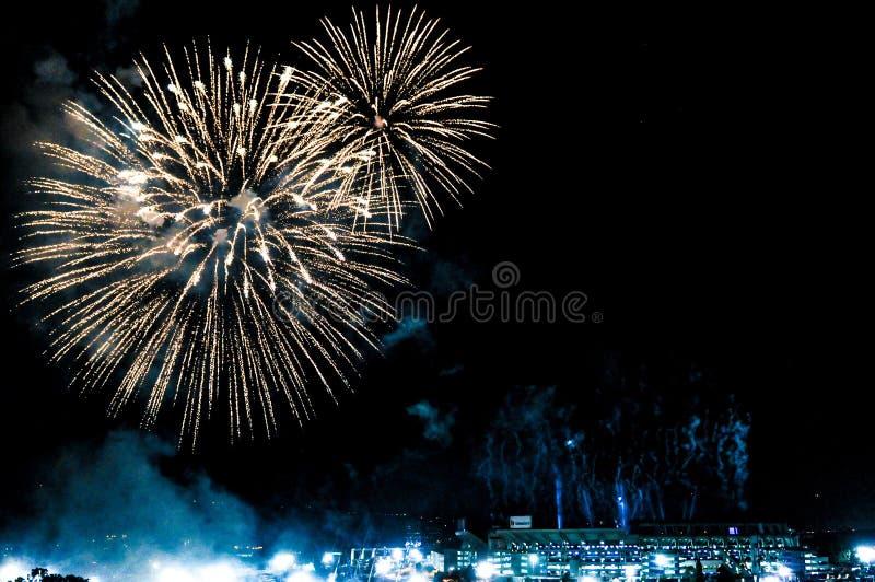 Fuochi d'artificio sopra uno stadio immagini stock libere da diritti