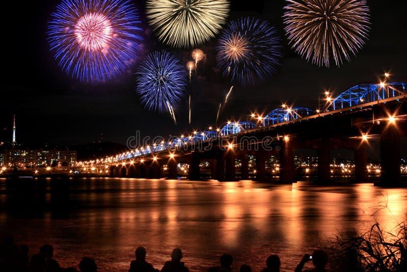 Fuochi d'artificio spettacolari al fiume del Han fotografia stock libera da diritti