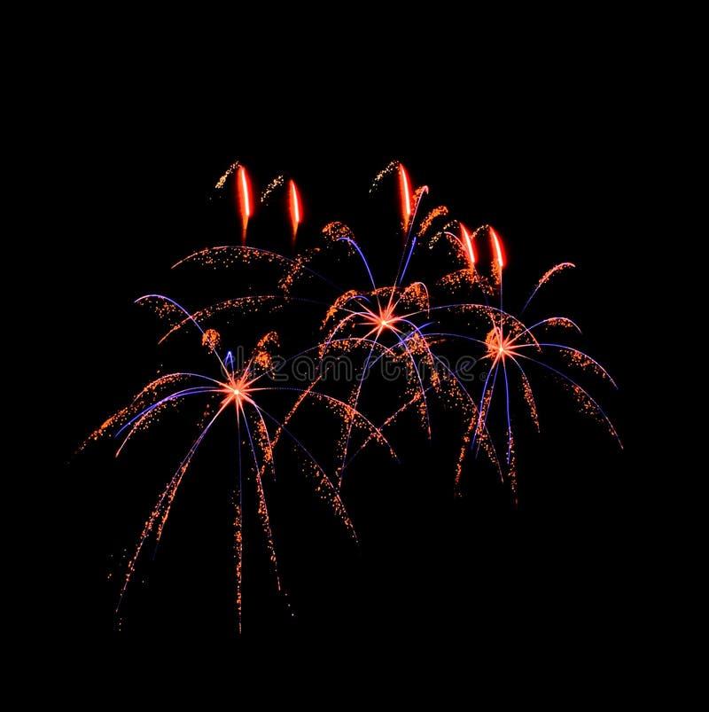 Fuochi d'artificio stupefacenti nel fondo scuro fotografia stock libera da diritti