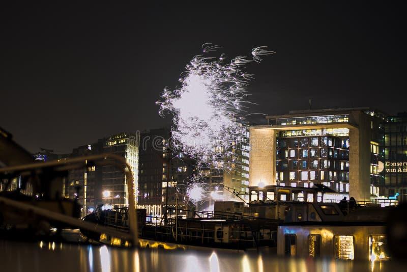 Fuochi d'artificio su Amsterdam fotografia stock libera da diritti