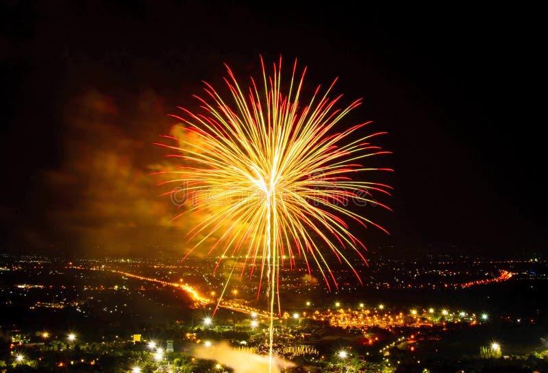 Fuochi d'artificio sul fondo della città di notte fotografia stock libera da diritti