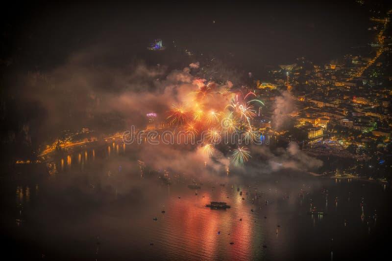 Fuochi d'artificio sul lago Garda fotografie stock