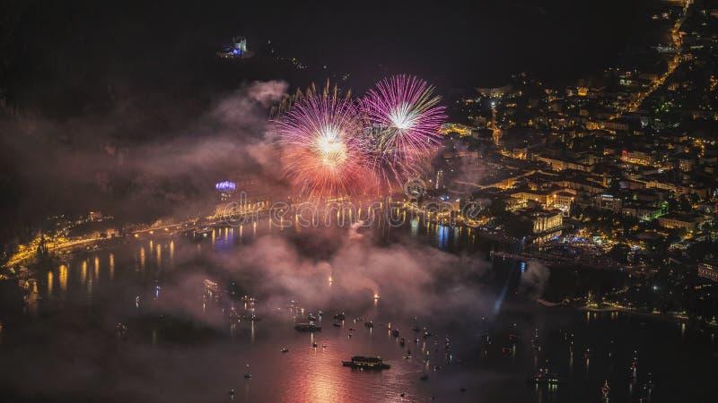 Fuochi d'artificio sul lago Garda fotografia stock libera da diritti