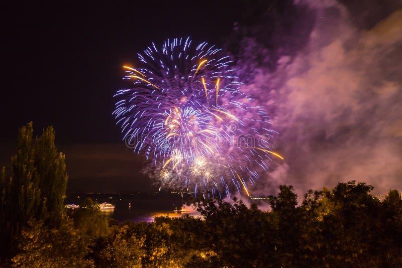 Fuochi d'artificio sul lungomare nella città della samara, Russia Il fiume Volga immagine stock