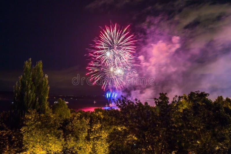 Fuochi d'artificio sul lungomare nella città della samara, Russia Il fiume Volga immagine stock libera da diritti