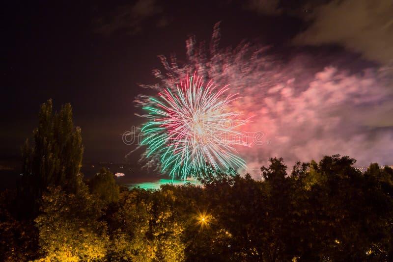 Fuochi d'artificio sul lungomare nella città della samara, Russia Il fiume Volga immagini stock libere da diritti