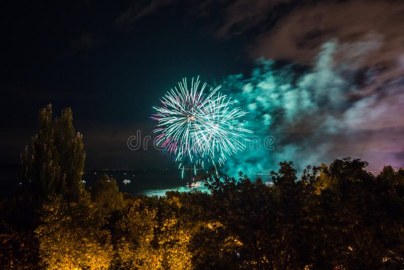Fuochi d'artificio sul lungomare nella città della samara, Russia Il fiume Volga immagini stock