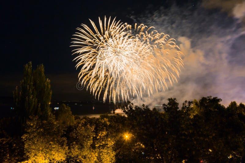 Fuochi d'artificio sul lungomare nella città della samara, Russia Il fiume Volga fotografie stock libere da diritti