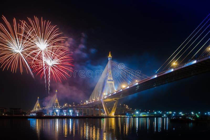 Fuochi d'artificio in Tailandia viva il re fotografie stock