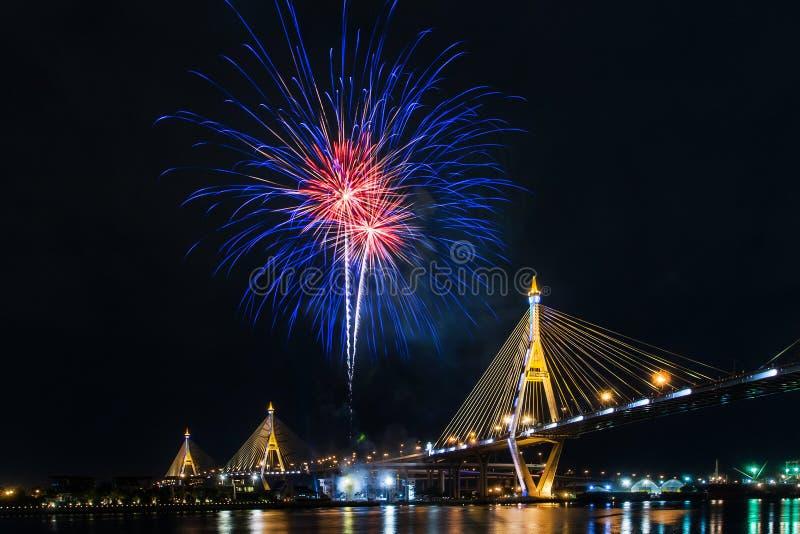 Fuochi d'artificio in Tailandia viva il re fotografia stock