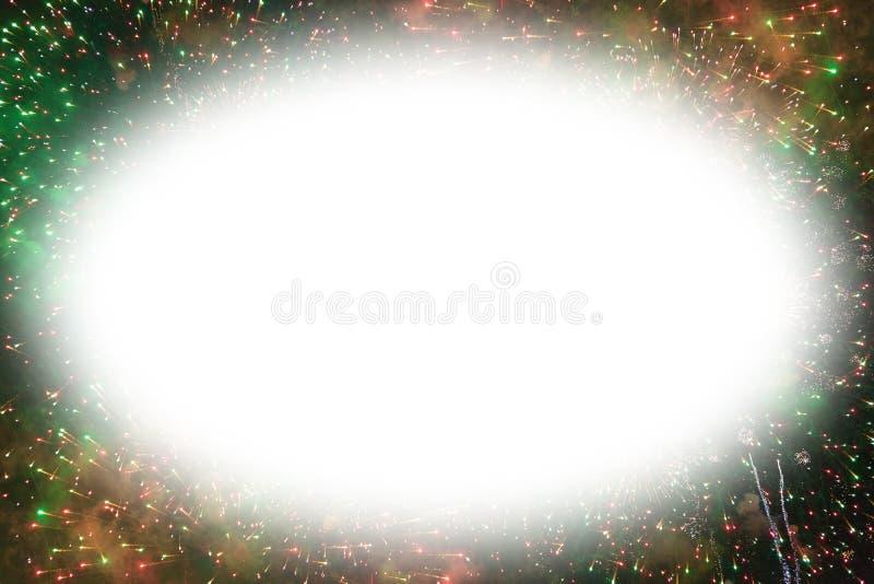 Fuochi d'artificio variopinti con lo spazio ovale bianco della copia royalty illustrazione gratis