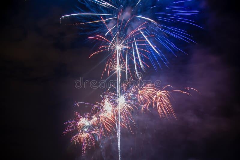 Fuochi d'artificio variopinti di vari colori fotografia stock libera da diritti