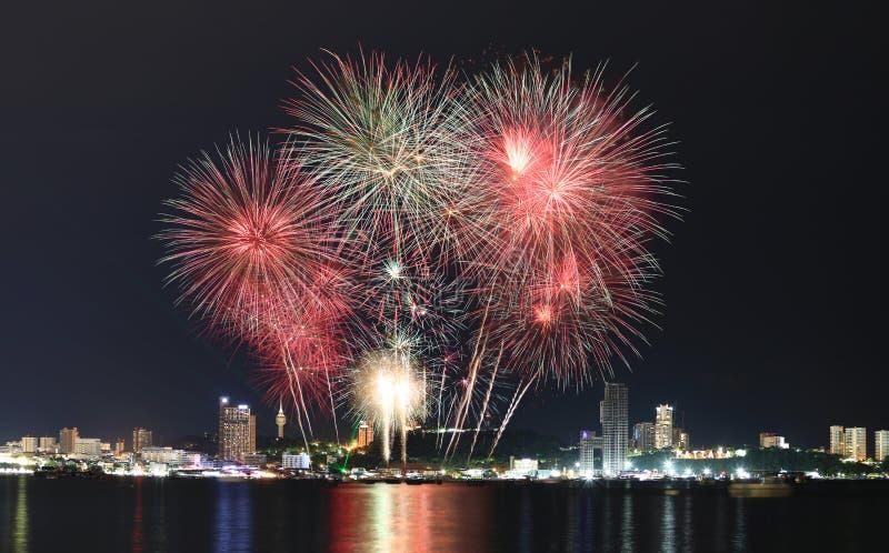 Fuochi d'artificio variopinti nel cielo notturno, festival dei fuochi d'artificio a Pattaya fotografia stock libera da diritti