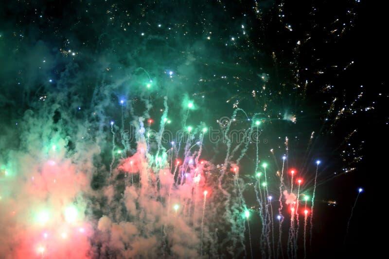 Fuochi d'artificio variopinti nel cielo notturno programma dello spettacolo di luci immagini stock libere da diritti